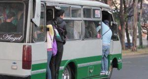 Pasajeros de microbús.