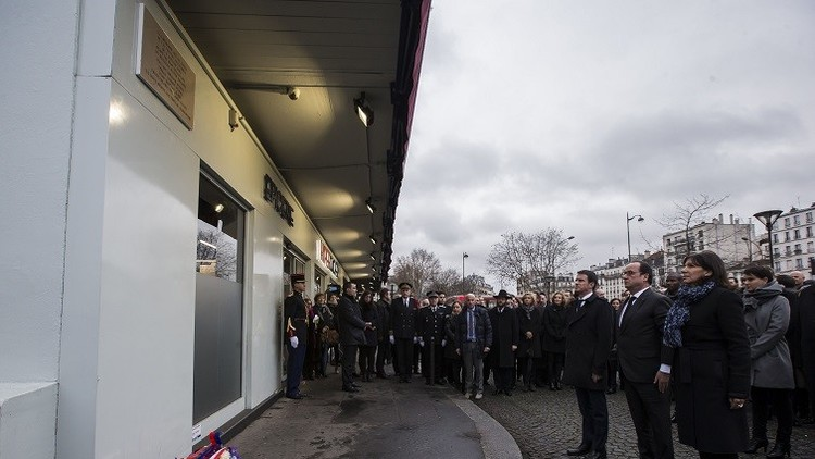 El presidente de Francia, François Hollande develó tres placaa en memoria de las víctimas./Imagen: Reuters