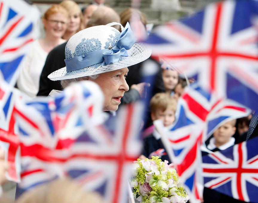 Reina Isabel II saliendo de una ceremonia religiosa.vanityfair:Getty Images