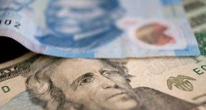 Billete de un dólar y billete de 20 pesos hacen referencia al Tipo de cambio