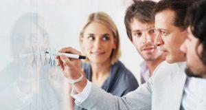 Plantea objetivos reales y alcanzables para aumentar la productividad de tu equipo sin caer en excesos y no provocar rupturas internas.