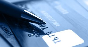 Tarjetas de crédito sufren restricciones ante incremento en tasas de interés