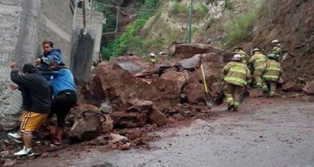 Tras deslave, desalojan a familias del Cerro del Peñón