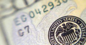 La Fed anunciará este miércoles los cambios en la política monetaria de Estados Unidos, con un aumento en la tasa de interés en reacción al fortalecimiento de la economía. Estados Unidos – Se espera que este miércoles 15 de marzo la Reserva Federal (Fed) de Estados Unidos confirme lo anunciado por analistas con una variación en su tasa de interés, la primera de tres esperadas para 2017, en reacción al fortalecimiento de la economía y la confianza en el incremento de la inflación.