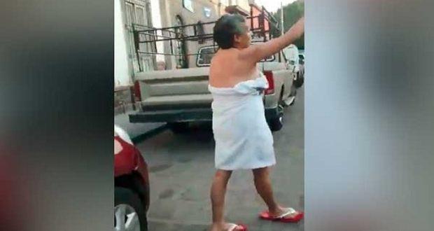Pelea semidesnuda con policías por inmovilizar su auto — LadyToalla