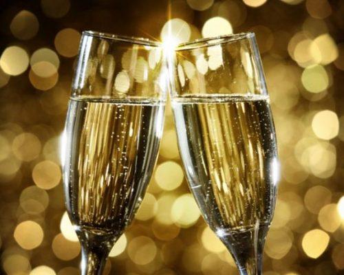 En Rusia, escriben sus deseos de Año Nuevo en un papel, luego lo quema y se beben sus cenizas con champagne