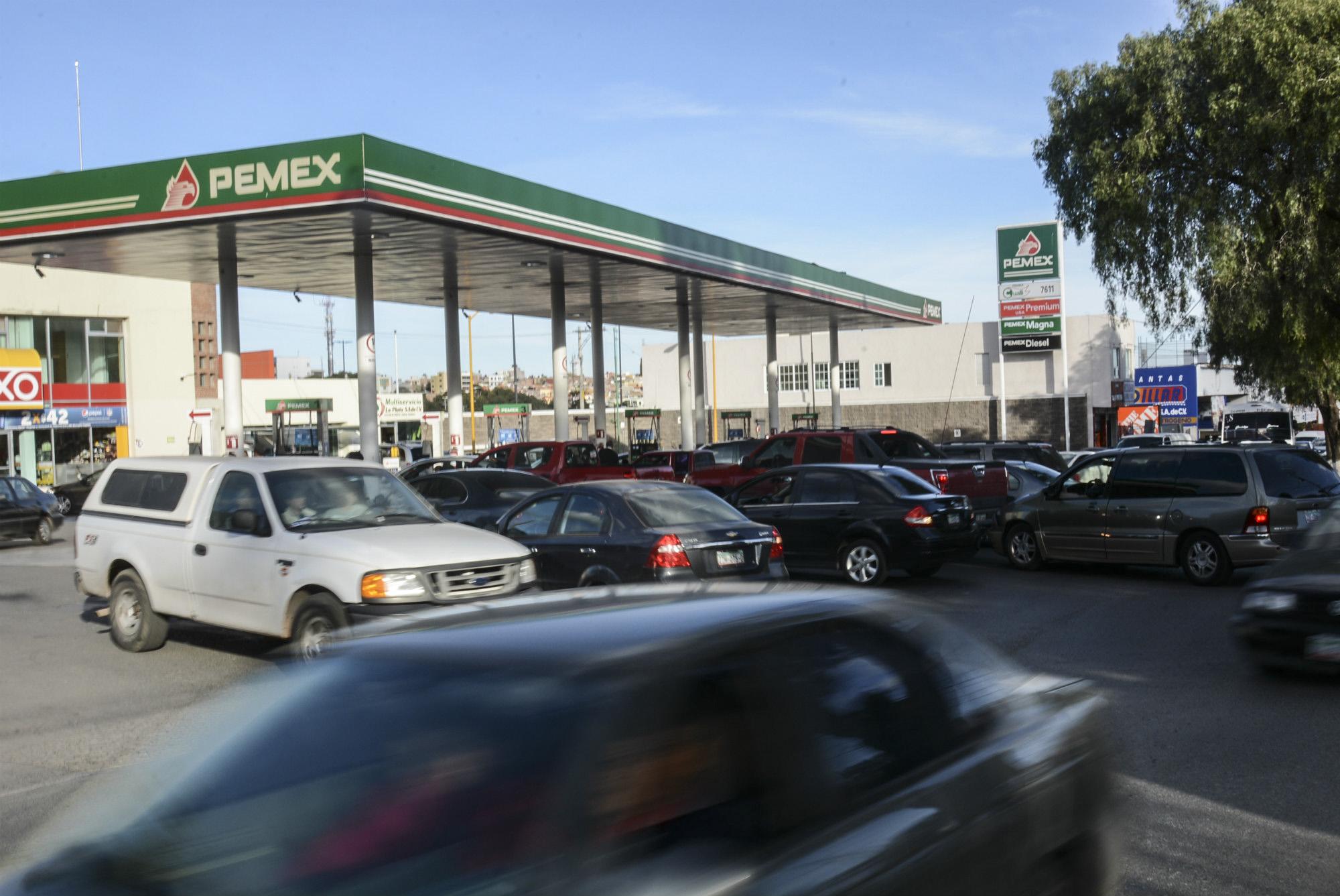 Al viaje en el gas cae el nivel de la gasolina cae