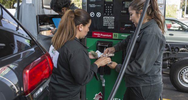 Gasolina más cara a pesar de precio.. Los salarios en México, con relación a los del resto del mundo, impiden la sana comparación entre el precio de la gasolina; estima la agencia Bloomberg.