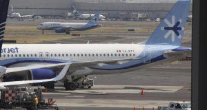 Cientos de pasajeros se quejan de retrasos de más de tres horas , ya que la aerolínea realiza revisiones de seguridad a sus aviones Superjet 100 de origen ruso.Los FOTO: ANTONIO CRUZ /CUARTOSCURO.COM