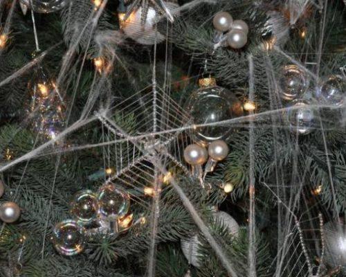 Esto debido a una leyenda local donde unas arañas tejieron telarañas para adornar un árbol de una familia muy pobre