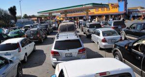 Continúa el desabasto de combustible en las gasolineras de varios estados del país, por lo que las filas de espera de los automovilistas son de más de dos horas. FOTO: DIEGO SIMÓN SÁNCHEZ /CUARTOSCURO.COM