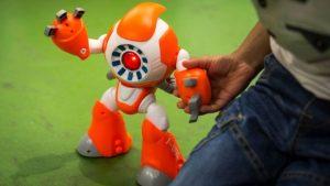 Tanto el robot inteligente i-Que como la muñeca Cayla requieren de una aplicación móvil para su uso. Foto: Genesis Toys