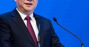 """El presidente de China, Xi Jinping, dijo hoy aquí que el mundo necesita un """"nuevo modelo de crecimiento"""" y """"un nuevo motor"""" para volver a lograr tasas de crecimiento elevadas como las anteriores a la crisis. En un largo e """"histórico"""" discurso, el primero de un líder chino en la 47 edición del Foro Económico Mundial que representa al capitalismo mundial, Xi Jinping reiteró que el mundo """"necesita un nuevo modelo de crecimiento económico y hemos de aprovechar las oportunidades de esta cuarta revolución industrial"""". """"Necesitamos también una nueva filosofía económica, nuevas medidas políticas y reformas estructurales profundas para crear un nuevo espacio para un crecimiento sostenible"""", estimó el líder de la segunda economía mundial ante una sala llena en el Centro de Congresos de Davos. Xi Jinping resaltó en el foro, en el que participan mil presidentes de las principales multinacionales, que las tasas de crecimiento económico se han congelado o descendido en el mundo por """"la falta de un motor que impulse la economía y nos permita tasas de crecimiento sostenibles""""."""