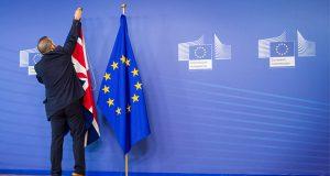 Todo parece indicar que el efecto de la salida de Gran Bretaña de la Unión Europea (Brexit) ha pasado su efervescencia al cambiar de tono sobre el bloque comercial. Ya que Reino Unido ha sentado cabeza y al parecer ha asimilado las consecuencias y riesgos que trae consigo el Brexit, ya que se ha visto en la necesidad de plantear un acuerdo temporal de transición con Bruselas. Dicho acuerdo comercial se ha elaborado para amortiguar los efectos de su salida de la Unión Europea (UE), el gobierno de Theresa May podría encontrarse con que la posición de los líderes europeos se ha endurecido. Durante meses, la hipótesis de trabajo en Bruselas ha sido que sería imposible gestionar la salida de Inglaterra del club comunitario sin un acuerdo temporal de transición que regule las condiciones comerciales hasta que pueda forjarse un acuerdo definitivo.
