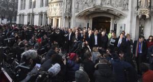 La Corte Suprema de Reino Unido determina que el Parlamento británico debe votar si el gobierno puede iniciar el Brexit. EL parlamento inglés del Tribunal Supremo del Reino Unido perdió la apelación para activar al Brexit sin la personalidad jurídica. Pierde gobierno británico apelación para activar Brexit sin Parlamento La Corte Suprema de Reino Unido determinó hoy que el Parlamento británico debe votar si el gobierno que encabeza la primera ministra Theresa May puede iniciar el procedimiento de salida de la Unión Europea (UE). Londres, Reino Unido.- El máximo órgano judicial de Gran Bretaña, la Corte Suprema determinó este martes 24 de enero que el Parlamento británico debe votar si el gobierno puede iniciar el procedimiento de salida por parte de la Unión Europea (UE). Este anuncio ha puesto sobre la mesa la discusión del plan de acción que deberá tomar la primera ministra británica Theresa May, ya que se podría considerar como un fast track (vía rápida) para la toma de decisiones sobre el Brexit. Este proceso de separación de Inglaterra señala que puede iniciar el procedimiento de salida de la UE sin mayor detalle. La votación del tribunal fue realizada este martes y tomada por ocho de sus miembros a favor y tres en contra, señalaron medios británicos.