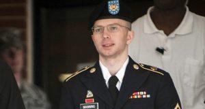 """En uno de sus últimos actos ejecutivos, el presidente estadunidense Barack Obama conmutó hoy de manera sorpresiva la sentencia de prisión a Chelsea Manning, exsoldado acusada de espionaje por filtraciones militares a WikiLeaks. Manning, quien era varón y su nombre de pila era Bradley, pero posteriormente se cambió de sexo y de nombre a Chelsea, será puesta en libertad de la prisión castrense en Fort Leavenworth, Kansas, el 17 de mayo próximo, en lugar del año 2045. """"Chelsea Manning es alguien que pasó por el proceso de justicia criminal militar, recibió el debido proceso, fue encontrado culpable, sentenciado por sus crímenes y aceptó que obró erróneamente"""", explicó el portavoz presidencial Josh Earnest. La sentencia a 35 años de prisión contra Manning, dictada en agosto de 2013, fue la más severa de la historia estadunidense para alguien acusado de filtrar información confidencial. Bradley Manning fue encontrado culpable de cargos que incluyeron descargar información confidencial y hacerla pública de manera ilegal a través de la red WikiLeaks, así como robo de propiedad del gobierno."""