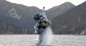 """Corea del Norte estaría preparando el lanzamiento de dos nuevos misiles balísticos intercontinentales, ante la inminente investidura de Donald Trump como presidente de Estados Unidos, denunciaron hoy fuentes oficiales surcoreanas. """"Corea del Norte ha construido, presuntamente, dos misiles balísticos intercontinentales (ICBM, según sus siglas en inglés), y parece haberlos dispuesto en lanzadores móviles para probarlos en un futuro próximo"""", informaron las fuentes a la agencia de noticias surcoreana Yonhap. Los dos nuevos misiles que serían lanzados por el régimen norcoreano serían de unos 15 metros de longitud, más cortos que los ICBM que ahora tiene Corea del Norte: los KN-08, que tienen una longitud de entre 19 a 20 metros, y los KN-14 de 17 a 18 metros de largo."""