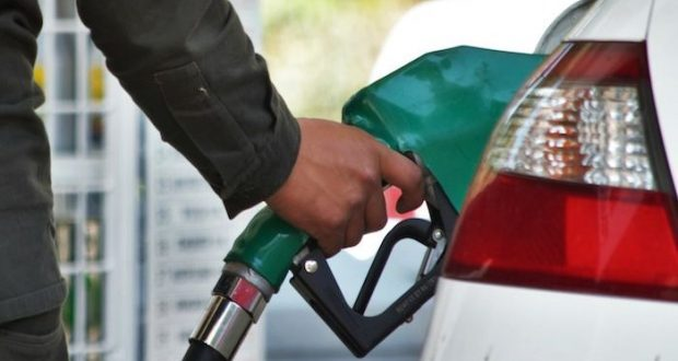 Reduce la velocidad y checa las llantas de tu auto, esto te ahorrará mucha gasolina y tendrás un mejor funcionamiento del motor.