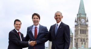 """Canadá refrendó hoy su compromiso para trabajar con el nuevo gobierno de Estados Unidos y establecer una """"relación de trabajo constructiva"""", especialmente en el tema comercial. Así lo afirmó el primer ministro Justin Trudeau durante la conferencia de prensa que sostuvo esta mañana en la provincia atlántica de New Brunswick. Las declaraciones del líder canadiense se dan a tres días de la toma de posesión del presidente electo Donald Trump, quien ha afirmado que el Tratado de Libre Comercio de América del Norte """"es un completo desastre"""", por lo que buscará renegociarlo a partir de que entre en funciones este 20 de enero. """"Nos interesa construir una relación en donde se destaque la profunda integración e interconexión que existe entre nuestras dos economías"""", señaló Trudeau. Resaltó que hay millones de trabajos canadienses que dependen del mercado estadunidense, pero a la vez también hay millones de trabajos que dependen de la fluida integración y del flujo de bienes y servicios en la frontera común."""