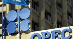 La OPEP pronosticó el miércoles un descenso en el superávit de suministros de petróleo en 2017, ya que la producción del grupo está cayendo desde niveles récord y los productores externos al cartel muestran señales iniciales positivas de estar cumpliendo el primer acuerdo conjunto para reducir la oferta desde 2001. La Organización de Países Exportadores de Petróleo (OPEP), con excepción de Indonesia, bombeó 33,085 millones de barriles por día (bpd) el mes pasado, según cifras que la OPEP reúne de fuentes secundarias, lo que equivale a un descenso de 221.000 bpd desde noviembre, informó el cartel en un informe mensual.