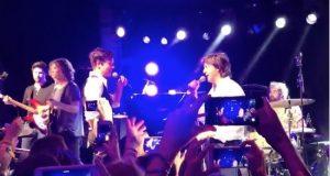 Paul McCartney y The Killers cantan juntos en una fiesta de fin de año
