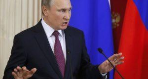 """El líder ruso, Vladímir Putin, rompió hoy una lanza en favor del presidente electo de EEUU, Donald Trump, al denunciar los intentos de deslegitimar su """"convincente"""" victoria electoral a pocos días de la investidura. """"Da la impresión de que, tras haber ensayado en Kiev, están dispuestos a organizar un Maidán (revolución ucraniana) en Washington con tal de no dejar a Trump asumir el cargo"""", dijo Putin en rueda de prensa."""