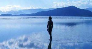 Increíbles imágenes de un hombre caminando sobre el agua