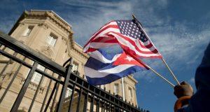 """El gobierno del presidente saliente de los Estados Unidos (EE.UU.) Barack Obama puso fin a la antigua política migratoria de """"pie mojado, pie seco"""" que otorga estatus de residencia legal a todo aquel cubano que arribara a EE.UU. sin visa. Dicha información fue revelada por un alto funcionario del gobierno demócrata, quién dijo que el cambio de política entrará en vigor de inmediato. La decisión llega tras meses de negociaciones enfocadas en parte a que Cuba permita el regreso de quienes sean rechazados por EE.UU. El gobierno estadounidense y el cubano tenían planeado emitir un comunicado conjunto más tarde ayer."""