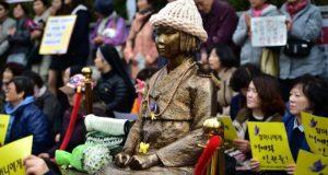 """El país del sol naciente, Japón ha llamado de inmediato para tener una reunión de emergencia de sus diplomáticos en Corea del Sur por una controvertida estatua instalada frente a su consulado en la ciudad surcoreana de Busan. Dicha estatua fue erigida por un grupo activista en diciembre pasado como homenaje a las denominadas """"mujeres de confort"""", la cual asemeja un eufemismo para las niñas y mujeres obligadas a tener sexo con los soldados japoneses desde la década de 1930 hasta el final de la Segunda Guerra Mundial."""