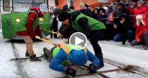 Observa el video de una atleta rusa arrastrando dos tranvías llenos de pasajero