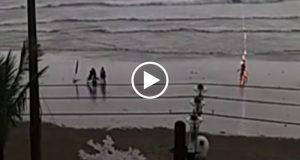 Impactantes imágenes del momente en que una joven es impactada por un rayo en playa de Brasil