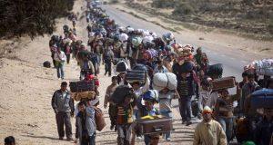 El presidente de los Estados Unidos Donald Trump ha firmado este miércoles 25 de enero en la oficina oval de la Casa Blanca una orden ejecutiva para la restricción de refugiados en territorio estadounidense. En dicha orden se especifica la prohibición temporal a la entrada de la mayoría de los refugiados así como una suspensión de los visados para ciudadanos de Siria y otros seis países de Oriente Próximo y África, aseguran diversos asesores del Congreso y expertos sobre la materia. El republicano ha ordenado una prohibición de varios meses para denegar la entrada de refugiados a Estados Unidos (EE.UU.) excepto para las minorías religiosas que huyen de la persecución, hasta que se establezca una investigación de antecedentes más agresiva. Otra orden ejecutiva se estipula que se restringe la emisión de visas a las personas provenientes de Irak, Irán, Libia, Somalia, Sudán y Yemen, dijeron colaboradores y expertos, que pidieron no ser identificados, señala Reuters.