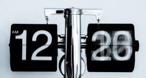 """Científicos adelantan reloj del juicio final; Fin del Mundo más cerca por Donald Trump Los recientes acontecimientos en el mundo y las declaraciones del presidente Donald Trump llevan a científicos a adelantar el rejo que marca el fin de la civilización humana. Expertos investigadores del Boletín de Científicos Atómicos (BAS, por sus siglas en inglés) decidieron adelantar 30 segundos el minutero del """"Reloj del Juicio Final"""", un simbólico marcador del tiempo que refleja el tiempo que falta para el fin de la civilización humana y para muchos, el fin del mundo."""