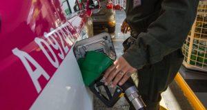 Cuánto subirá la gasolina en febrero: Gobierno de Peña frenaría segundo gasolinazo El gobierno del presidente Peña Nieto podría poner freno al gasolinazo en México anunciado para el mes de febrero. En medio de un incremento en los niveles de popularidad del presidente Peña Nieto derivado de la solidaridad del pueblo mexicano en contra del muro de Trump, se anuncia una posible cancelación en el segundo incremento al precio de la gasolina programado para el 3 de febrero. Después de que el 2017 llegara con la liberación en el precio de la gasolina, incrementando hasta en un 20 por ciento el costo de los combustibles, la Secretaría de Hacienda y Crédito Público (SHCP) había anunciado una segunda alza generalizada de precios para el 3 de febrero, la cual se estimaba en un 8 por ciento; sin embargo, todo indica que las condiciones económicas del país y el precio internacional del petróleo, permiten al gobierno federal hacer una revisión en el incremento del precio de la gasolina para el segundo mes del año.