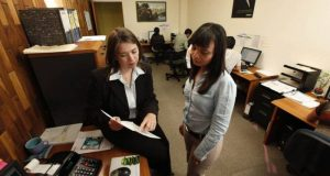 Los salarios en México para profesionistas recién egresados están determinados principalmente por la falta de experiencia laboral.