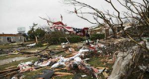 Mujer es arrasada por un tornado en Texas