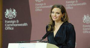 Angelina Jolie habló en contra de la polémica prohibición de viajes de Donald Trump, criticando sus restricciones como una respuesta basada en el miedo.