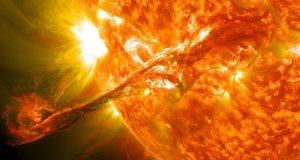 Las llamaradas solares de gran tamaño pueden eliminar los electrones de la atmósfera terrestre y causar tormentas electromagnéticas.