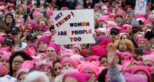Mujeres anuncian huelga general contra Donald Trump: reclaman políticas xenofóbicas. Las inconformidades sobre las políticas adoptadas por el presidente Donald Trump y su postura xenofóbica hacen que mujeres se levante y convoquen a una huelga general. Son muchos los sectores de la sociedad que se han pronunciado en contra del gobierno de Trump; pero sin duda, sus políticas xenofóbicas y sus comentarios en contra de las mujeres han enfurecido a organizaciones féminas a tal grado de pretender organizar una huelga general para protestar por el actuar del Presidente de los Estados Unidos.