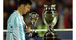 Lionel Messi recibe el premio al mejor jugador del torneo.