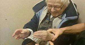 Detiene a abuela de 99 años para que pueda cumplir su sueño
