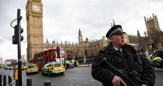 Ataque terrorista en Londres últimas noticias: suman cinco muertos y 40 heridos El ataque terrorista registrado la tarde del miércoles en el Parlamento de Londres, dejó hasta el momento cinco muertos y 40 personas heridas. Las autoridades británicas han confirmado la muerte de cinco personas en el atentado terrorista registrado el miércoles 22 de marzo en el Parlamento Británico y las inmediaciones del Puente de Westminster. Entre los muertos se encuentra el agresor quién fue abatido poco después de apuñalar a un guardia de seguridad en las instalaciones del Parlamento.