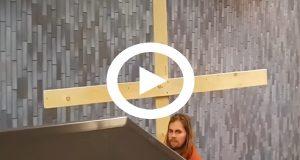 Graban a una persona disfrazada como Jesús mientras recorre el metro cargando una cruz
