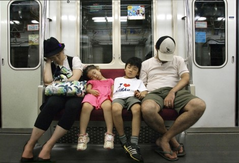 Alertan que dormir en el transporte público es un indicio de mala calidad de sueño