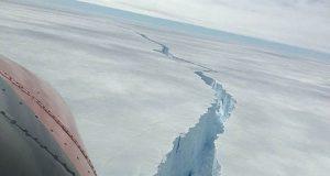 Científicos logran sobrevolar la grieta glaciar más grande del mundo