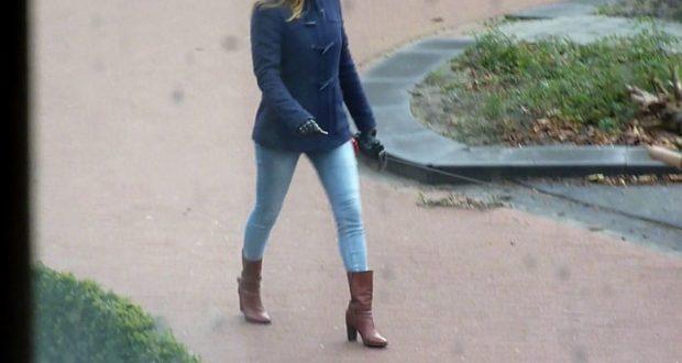 8b237ca3f Los pantalones skinny jeans, las zapatillas de tacón, y las bolsas de mano,