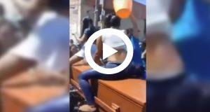 Graban a dos jóvenes bailando twerking sobre un ataúd en un funeral