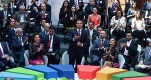 Este miércoles el presidente Enrique Peña Nieto encabezó la instalación del Consejo Nacional de la Agenda 2030 para el Desarrollo Sostenible, encargado de garantizar el cumplimiento de objetivos claves para el país. En reunión con representantes de Naciones Unidas, el Senado de la República, la Cámara de Diputados, gobernadores e integrantes de su gabinete; Peña Nieto informó que México logró que se incorporaran principios nacionales que dieran resultados relevantes en los Objetivos de Desarrollo Sostenible establecidos en 2015 en la ONU y destacó la importancia de la conformación del Consejo para impulsar el cumplimiento de metas fijadas en la Agenda 2030 como el combate a la pobreza, mejoras educativas y otros factores fundamentales para el bienestar del país. El Consejo Nacional de la Agenda 2030 para el Desarrollo Sostenible fue creado como una instancia de vinculación del Ejecutivo federal con los gobiernos locales, el sector privado, la sociedad civil y la academia y será responsable de coordinar las acciones para el diseño, la ejecución y la evaluación de estrategias, políticas, programas y acciones para el cumplimiento de la referida Agenda 2030, e informará sobre el seguimiento de sus objetivos, metas e indicadores.