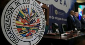 OEA pide separación de poderes en Venezuela. La canciller de Venezuela, Delcy Rodríguez, confirmó la salida del gobierno de Nicolás Maduro de la OEA, después de la carta democrática presentada por 19 países miembros en su contra. Venezuela se retirará de manera definitiva de la Organización de los Estados Americanos (OEA) en reacción a la convocatoria de 19 países miembros a una reunión extraordinaria para discutir la crisis humanitaria y económica que sufre el país bajo el gobierno de Nicolás Maduro. Delcy Rodríguez justificó la decisión de Venezuela argumentando que un grupo de naciones lideradas por Estados Unidos pretende intervenir el país, por lo que presentará la carta de denuncia a la OEA y dará inicio al proceso de salida que durará dos años.