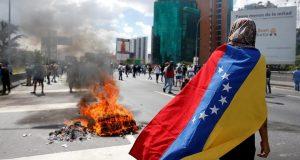 Crisis de Venezuela en imágenes: Suman 26 muertos por protestas contra Maduro A un mes de haberse intensificado las protestas en contra del gobierno de Nicolás Maduro, Venezuela suma al menos 26 personas muertas durante enfrentamientos. Venezuela.- Dos personas perdieron la vida por disparo de arma de fuego el martes 25 de abril, con lo que se suman 26 personas fallecidas en un mes de manifestaciones intensas en contra del gobierno. Las manifestaciones de civiles y grupos de oposición se incrementaron después de que el gobierno arrogara competencias al Parlamento a finales del mes de marzo, despertando la inconformidad de los venezolanos que salieron a las calles a enfrentar al Ejército leal a Maduro en lo que se volvió la ola de violencia más fuerte desde 2014. De acuerdo a datos citados por Reuters, alrededor de 500 personas han resultado heridas y más de mil han sido detenidas, de las cuales 65 aún están privadas de su libertad.